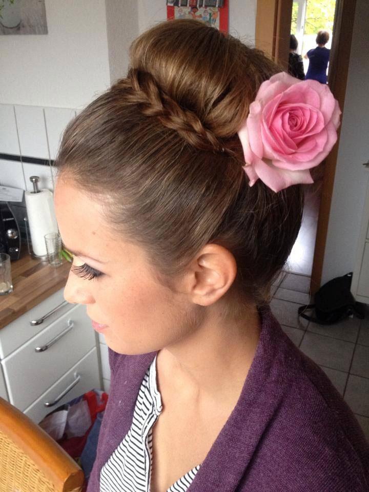 Professionelle Brautfrisur Dutt + Blütenverzierung